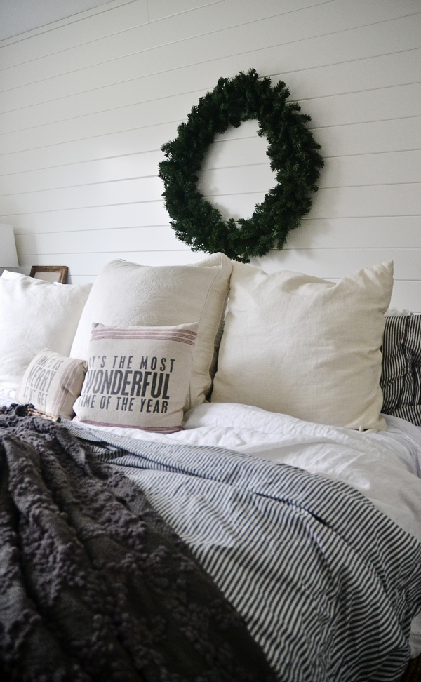 Simple cozy christmas bedroom - It doesn't have to be complicated to be beautiful for the holidays!