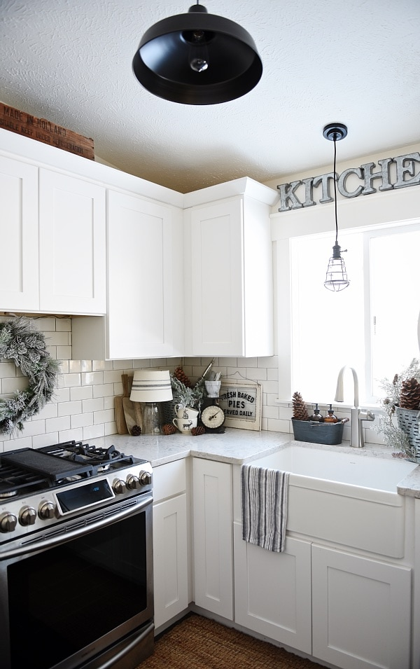 Simple winter kitchen - A great source for winter decor inspiration!