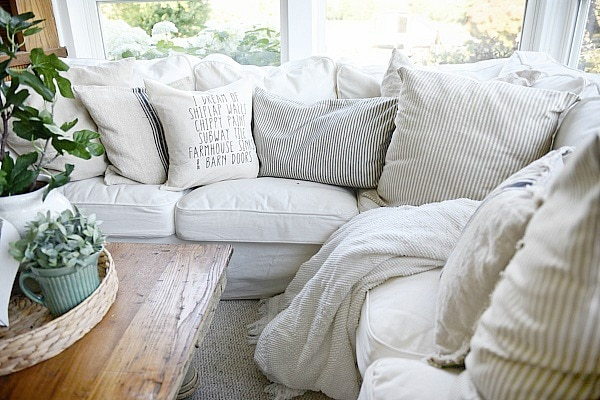 Farmhouse sunroom - farmhouse pillows. Great pin for neutral cozy cottage style farmhouse decor.