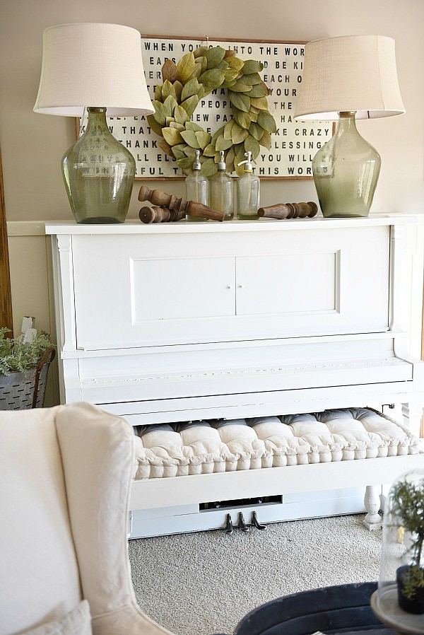 Piano decor farmhouse living room for Pictures of how to decorate a living room