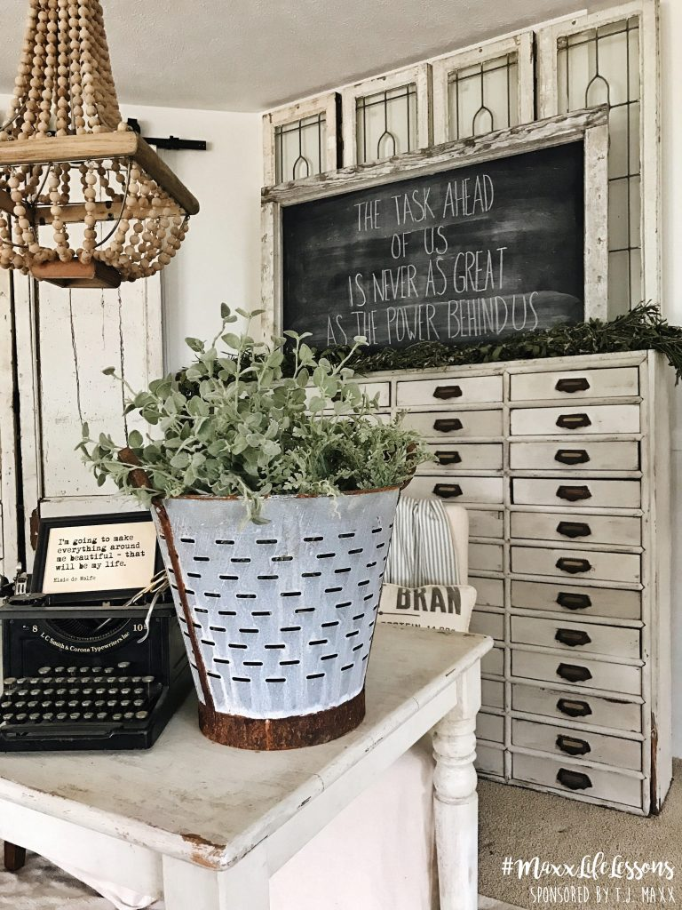 Farmhouse office - A great source for farmhouse inspiration