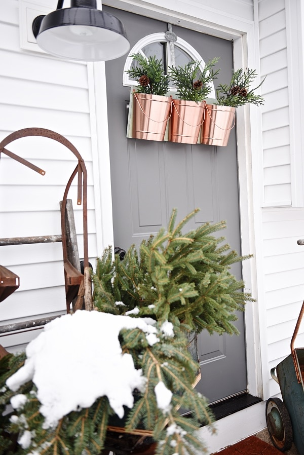 The easiest way to get farmhouse christmas style - Great tips and inspiration on how to decorate for the holidays & get the perfect cozy farmhouse look.