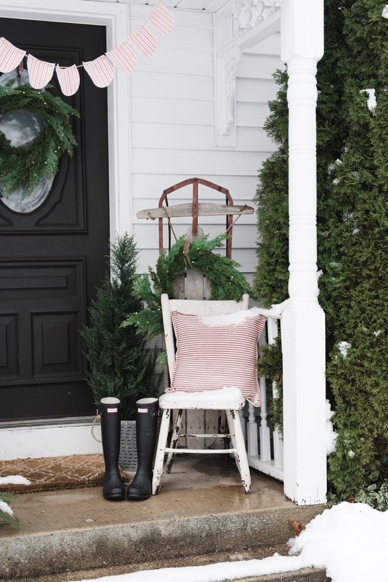 Rustic Farmhouse Christmas porch - Great christmas farmhouse & cottage decor inspiration!