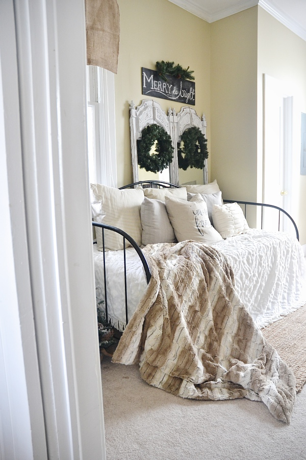 Simple Neutral Christmas Decor – Daybed Room