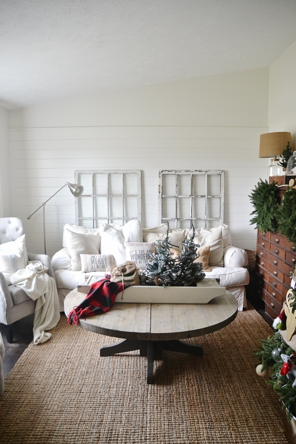Simple cottage christmas living room liz marie blog for Christmas living room pinterest