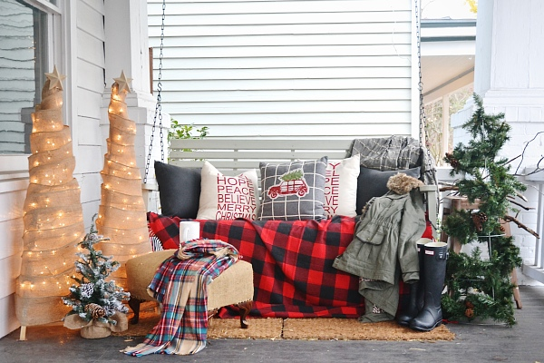 Rustic Christmas porch - A must pin for inspiration to decorate your porch to welcome your guests into your holiday home!