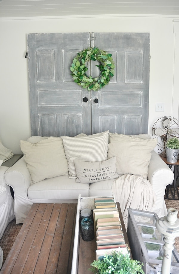 Chalk paint door makeover - New life to old doors! Formula: Dark Gray chalk paint [Maison Blanche confederate gray] + White wax.