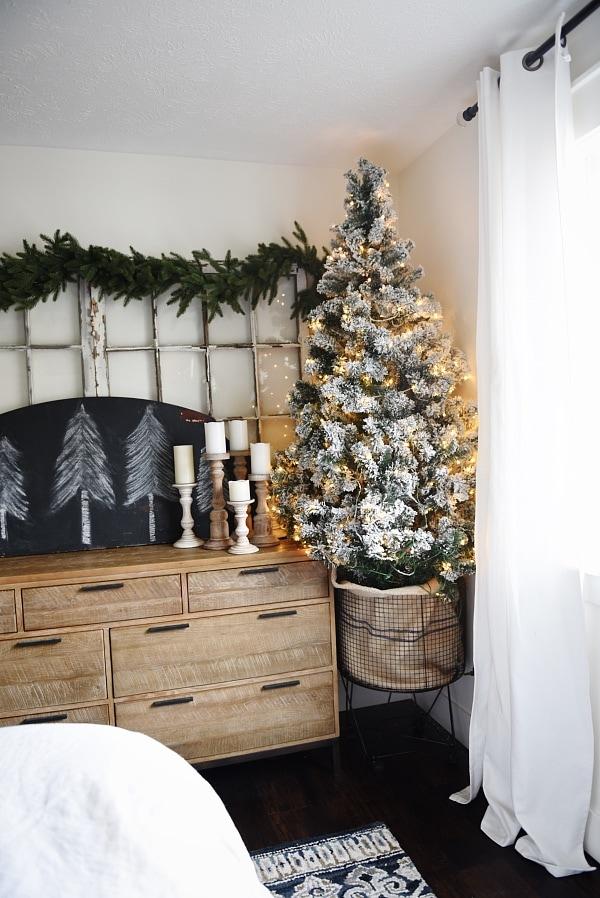 Lovely Christmas cottage bedroom - simple lovely neutral Christmas decor