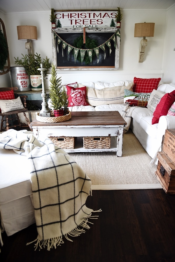 Christmas cottage Living Room, Cozy Rustic Christmas Cottage Living Room