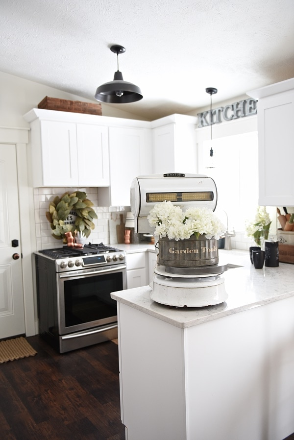 Spring kitchen with copper details - a cozy cottage kitchen