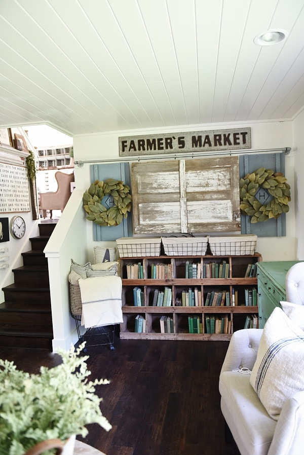 See the complete makeover of this farmhouse style cozy living room - A great pin for farmhouse inspiration!
