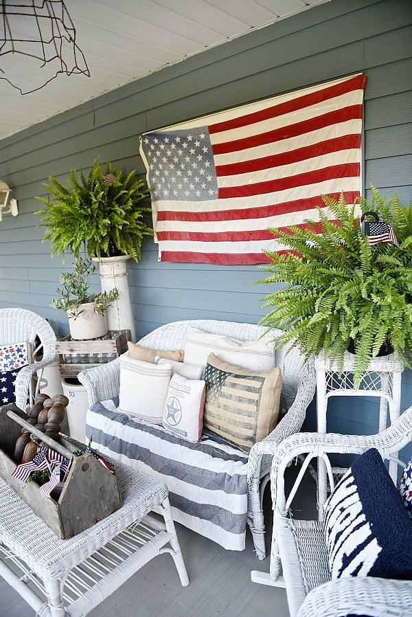Farmhouse style fourth of july porch - Great inspiration for farmhouse decor ideas!