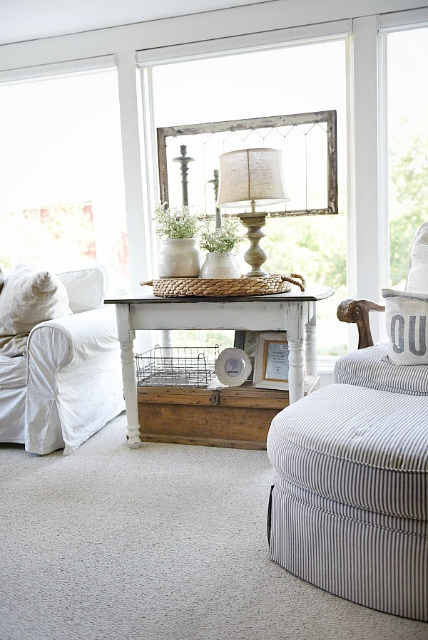Cozy cottage farmhouse sunroom - Maison blanche chalkpaint farmhouse side table makeover