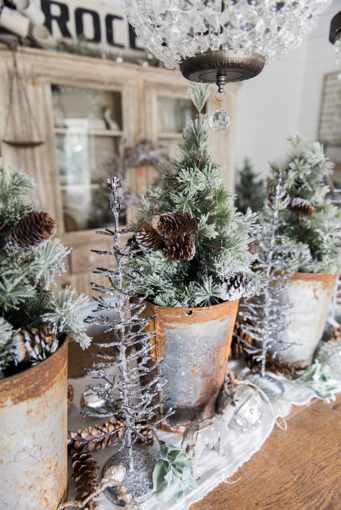 Rustic Glam Christmas Farmhouse Dining Room - A must pin for farmhouse christmas decor