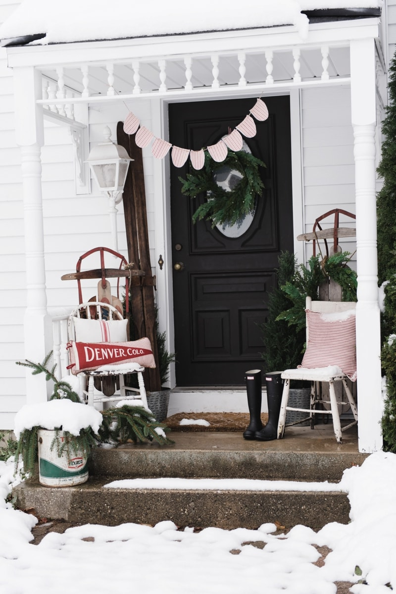 Rustic Farmhouse Christmas porch - Great christmas farmhouse & cottage decor inspiration!