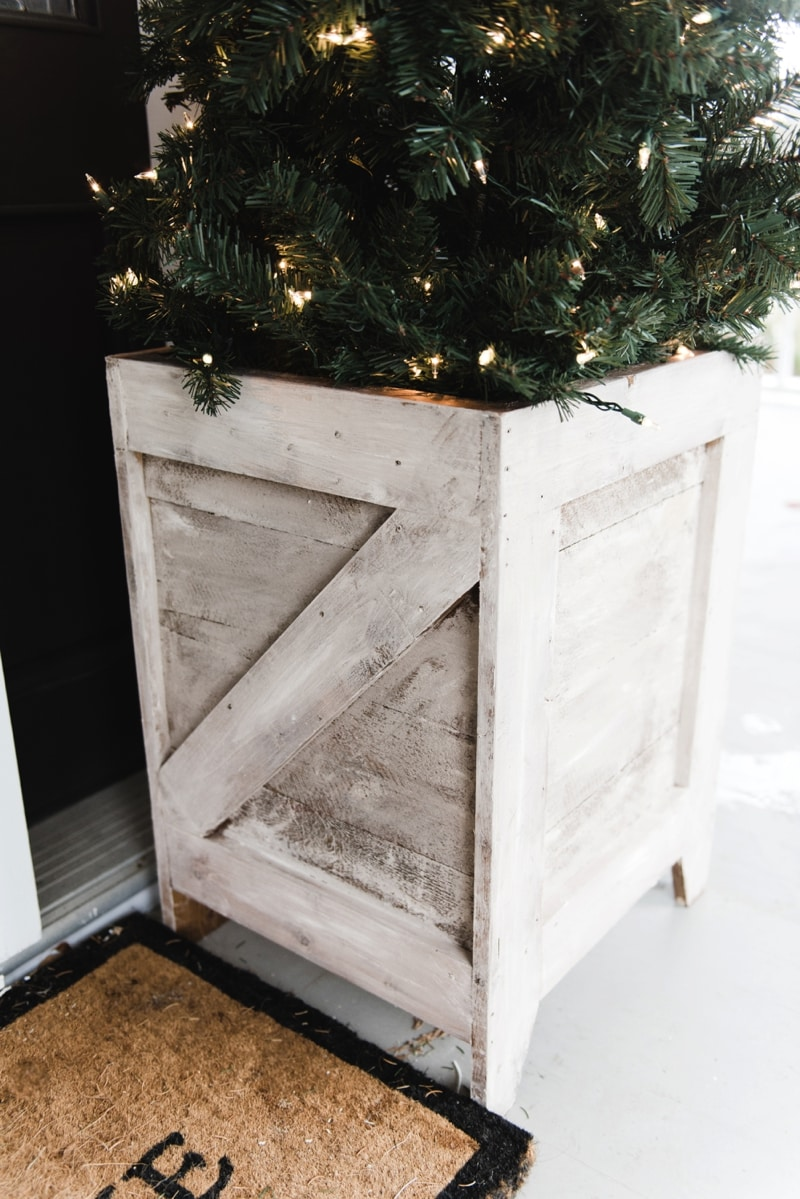 DIY planter boxes - so easy to make and they are great for the porch & outdoor areas! A must pin for farmhouse decor & build ideas.